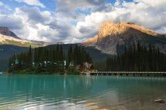 Szmaragdowy jezioro w wieczór świetle obraz stock
