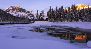 Szmaragdowy jezioro w zimie zdjęcia royalty free