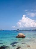 Szmaragdowy koloru morze w Ko Kham wyspie Zdjęcie Royalty Free