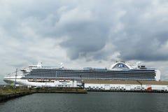 Szmaragdowy Princess statek wycieczkowy dokujący przy Brooklyn rejsu Terminal Obrazy Stock
