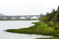 Szminki rzeka przy złoto plażą z Patterson mostem w tle Fotografia Stock