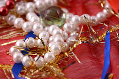 Sznurek perły na czerwonym tle Obrazy Royalty Free