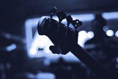 5 sznurków Basowa gitara na scenie przed koncertem fotografia stock