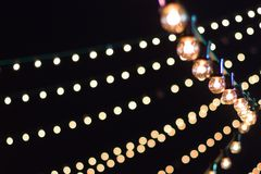 Sznurki festiwal zaświecają przeciw czarnemu niebu zdjęcia stock