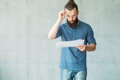 Szoka dokumentu biznesowych statystyk mężczyzna czytający raport zdjęcia stock