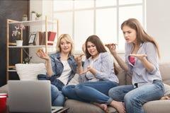 Szokować kobiety ogląda film i je pizzę w domu Obrazy Royalty Free