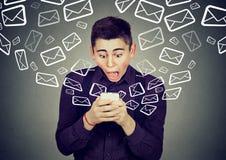 Szokować mężczyzna odbiorcze wiadomości od smartphone emaila ikon lata daleko od Obrazy Stock