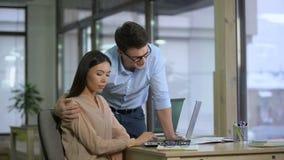 Szokująca azjatykcia kobieta odrzuca flirtowanie męski kolega, napastowanie przy pracą zbiory