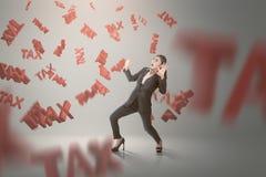 Szokująca azjatykcia biznesowa kobieta z spada podatku znakiem wokoło ona obraz royalty free