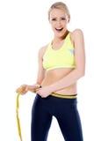 Szokująca kobieta mierzy jej ciało Zdjęcie Royalty Free