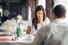 Szokująca kobieta obchodzi się złą wiadomość w niewiarze Związek dyskusja, małżeństwo problemy Kobiety przesłuchania wyznanie Obraz Stock