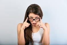 Szokująca zaskakująca kobieta patrzeje na błękit kopii przestrzeni pustym tle w eyeglasses z otwartym usta obrazy royalty free