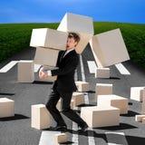 Szokujący biznesowego mężczyzna przewożenia kartonu pudełka które spadają puszek Fotografia Royalty Free