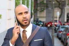Szokujący etniczny biznesmen dzwoni telefonem outdoors zdjęcia stock
