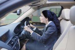 Szokujący Indiańskiej kobiety napędowy samochód Obrazy Stock