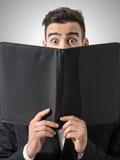 Szokujący mężczyzna ekspresyjni oczy czyta restauracyjne menu ceny fotografia stock