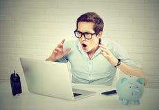 Szokujący mężczyzna patrzeje laptop obrazy stock