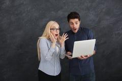 Szokujący partnery biznesowi używa laptop przy studiiem zdjęcie royalty free