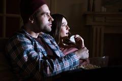 Szokujący pary dopatrywania film wpólnie w domu fotografia stock