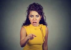 Szokuję przerażał kobiety wskazuje palec przy kamerą obrazy stock