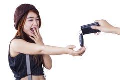 Szokująca brunetki dziewczyna dostaje nowego samochodu klucz fotografia stock