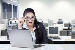 Szokujący indyjski pracownik w biurze Obrazy Royalty Free