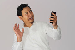 Szokujący biznesmen z telefonem komórkowym Zdjęcia Stock