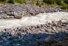 Szorstka halna rzeka w Szwajcarskich Alps, Grindelwald, Europa fotografia stock