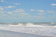 Szorstka kipiel przy Indiańskimi skałami Wyrzucać na brzeg na zatoce meksykańskiej w Floryda Obraz Stock