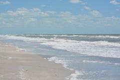Szorstka kipiel przy Indiańskimi skałami Wyrzucać na brzeg na zatoce meksykańskiej w Floryda Obrazy Stock