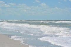 Szorstka kipiel przy Indiańskimi skałami Wyrzucać na brzeg na zatoce meksykańskiej w Floryda Zdjęcie Royalty Free