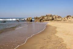 Szorstka Rockowa formacja przy Umdloti plażą, Durban Południowa Afryka Obrazy Stock