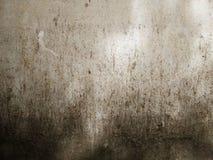 Szorstka, starzejąca się i gnijąca betonowa powierzchnia z ciemnymi plamami, Obraz Stock