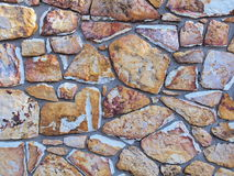 Szorstki ściana z cegieł ziemia i kamień barwił naturalnych bloki Zdjęcia Stock