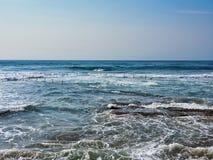 Szorstki morze Myje Nad Rockowym basenem, Cronulla plaża, Sydney, Australia obrazy royalty free