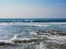 Szorstki morze Myje Nad Rockowym basenem, Cronulla plaża, Sydney, Australia zdjęcia stock
