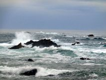 Szorstki morze przy północą Hiszpania obraz royalty free