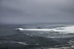 Szorstki przypływ na Atlantyckim oceanie Zdjęcia Royalty Free