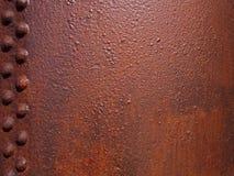 szorstki rdzewiejący czerwonego brązu stalowy talerz z nitującym panelem i textured powierzchnią obrazy stock