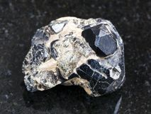 szorstki spinla kryształ na czarnych diopsydów kryształach obrazy stock