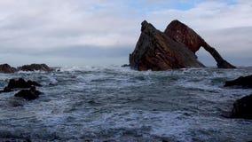 Szorstkie burzowe fale rozbija przeciw morze skały stercie w Scotland podczas jesieni burzowego popołudnia zbiory wideo