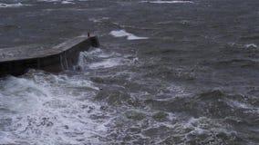 Szorstkie burzowe fale rozbija przeciw schronienie ścianie w Scotland podczas jesieni burzowego popołudnia zbiory wideo