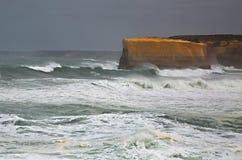 Szorstkie fala na piaskowcowym brzeg Obraz Royalty Free