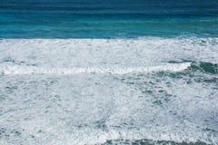 Szorstkie fala rozbija w oceanie Fotografia Stock