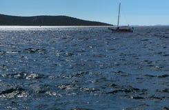 Szorstkiego morza nawierzchniowa i wolna łódź obrazy stock