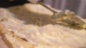 Szpachelka rozmazy kremowi na górze napoleonu torta - 4k zbiory wideo