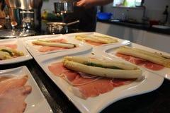 Szparagowa porcja na talerzu z prosciutto Zdjęcie Royalty Free