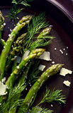 Szparagowa sałatka z serem i świeżym koperem na talerzu Zdjęcie Stock