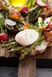 Szparagowy i bekonowy bruschetta z kłusującym jajkiem zdjęcia royalty free