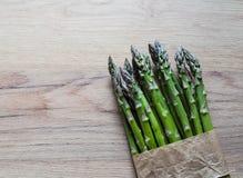 Szparagowy wiązki zakończenie up na drewnianym tle Zdjęcie Stock